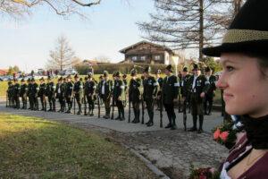 Der Waakirchner Salutzug (36 Mann) nimmt Aufstellung hinter dem Denkmal