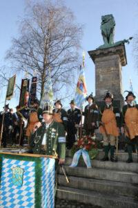 Nach der Bayernhymne bedankt sich der Hauptmann bei den Anwesenden für ihr Kommen und verabschiedet alle mit Guten Wünschen zum Weihnachtsfest und zum Neuen Jahr.